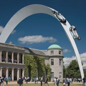 横空出世的梅德赛斯-奔驰模型雕塑
