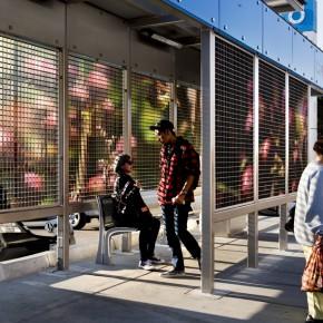 金属屏幕打造能体验四季轮替的公交站台