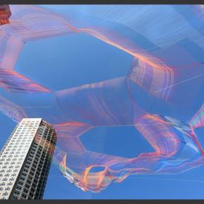 漂浮在城市上空的缤纷捕梦网