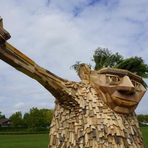 """废木头搭起的城市""""大怪兽"""""""