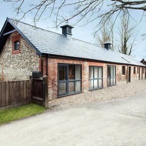 一个由马厩改造的原木风格现代住宅