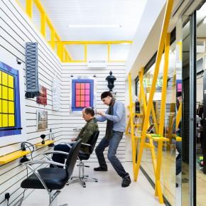 这是伦敦最小的画廊,人们却在这里理发