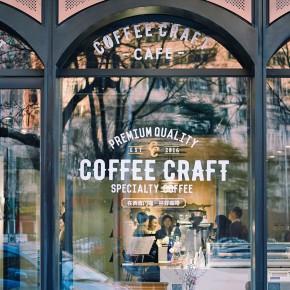 一家拥有八扇奇妙大门的多功能咖啡店