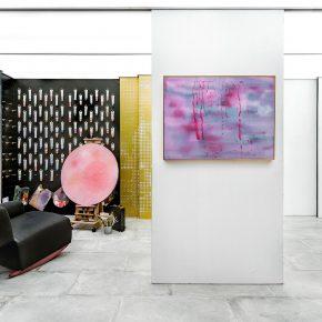 """这个""""四口之家""""生活在80平米的画廊里"""