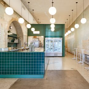 废弃墙面搭配森林绿,如此朴素的冰淇淋店你还心水吗?