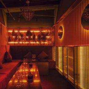 这家酒吧利用灯光和动线感受模拟了酒神归寝的情景