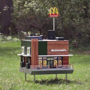 你绝对想不到这家世界上最小的麦当劳是为谁开的