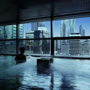 为了能在高层浴池里看到曼谷风景,他们克服了这些困难