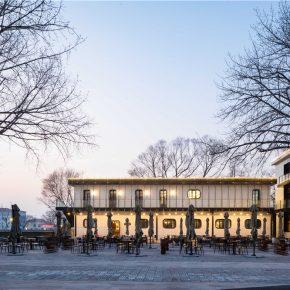 秦皇岛海边一幢旧楼房改造的时尚酒吧