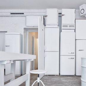 回收了满墙的旧冰箱?这家纯白小酒馆的设计是什么操作