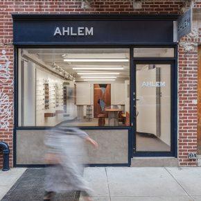 轻复古眼镜店设计,起伏墙面让空间大放异彩